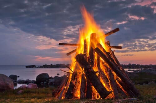 Difference between campfire and bonfire