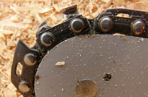How tight should a chainsaw chain be?
